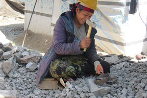 Practical action Women crushing aggregate at Dhunche.jpg